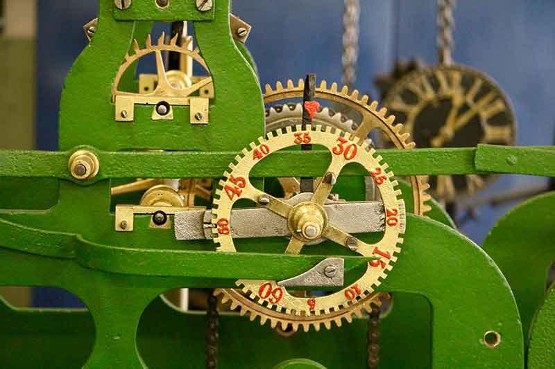 Detailansicht des alten Uhrwerks mit Herzzeiger